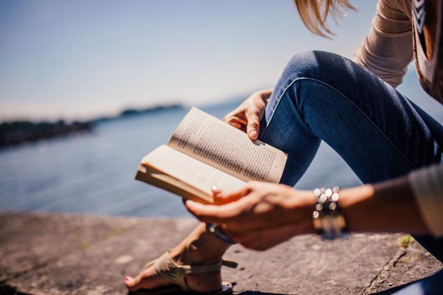 読書の趣味が一緒で盛り上がるPhoto By PEXELS