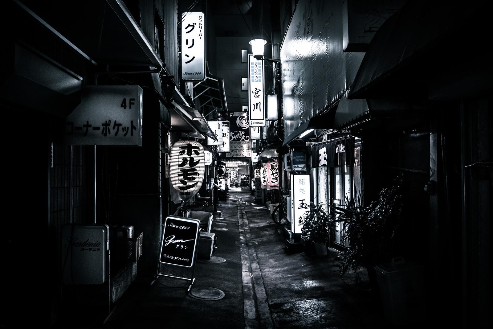 商店街の路地 Photo By ぱくたそ