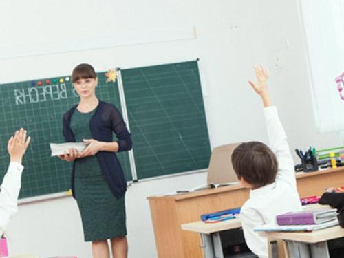 """子供の学校についても当たっていました Photo By <a href=""""https://www.photo-ac.com/main/detail/833388?title=%E6%8E%88%E6%A5%AD%E3%81%99%E3%82%8B%E5%85%88%E7%94%9F%E3%81%A8%E5%B0%8F%E5%AD%A6%E7%94%9F1&selected_size=s"""" target=""""_blank"""">写真AC</a>"""